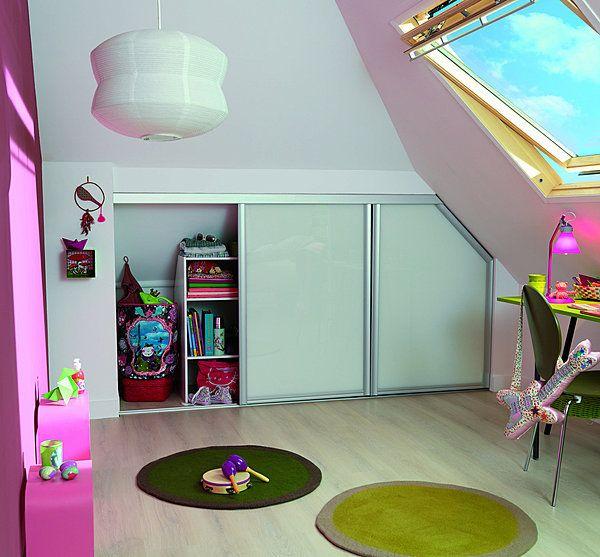 l 39 espace en soupente est utilis pour le rangement des. Black Bedroom Furniture Sets. Home Design Ideas