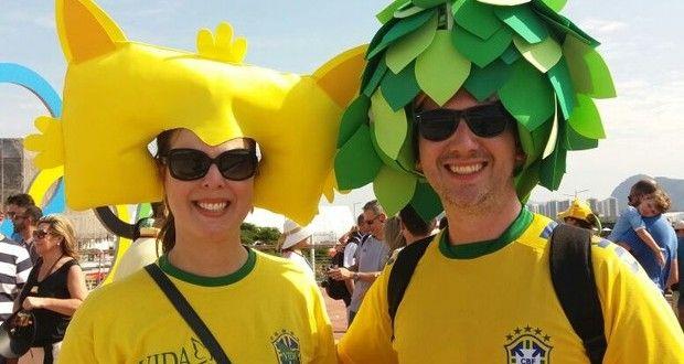 Olimpíada: Casal com chapéus de mascotes vira atração no Parque Olímpico