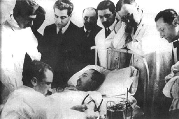 """<p>Visionário, Bogdanov """"jogou nas 11 posições"""": foi médico, filósofo, político, escritor, entre outras ocupações. Nos anos 1920, começou experimentos envolvendo transfusão de sangue com o intuito de atingir a """"juventude eterna"""". Com as transfusões, acreditava ter melhorado a vista e a queda de cabelo. Seu erro foi receber o sangue de um jovem com tuberculose e malária, o que lhe custou a vida em 7 de abril de 1928 (Crédito: Wikicommons) </p>"""