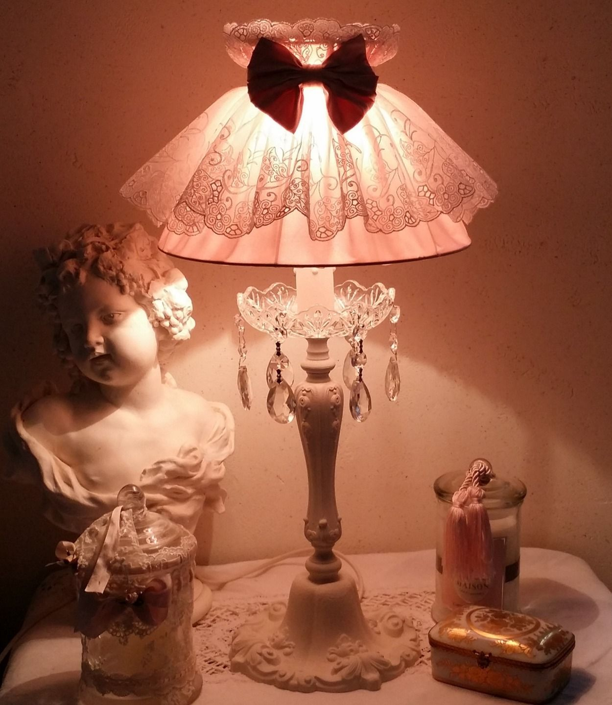 r serv e abat jour shabby chic en soie et dentelle mont sur lampe en bronze lumi re shabby. Black Bedroom Furniture Sets. Home Design Ideas