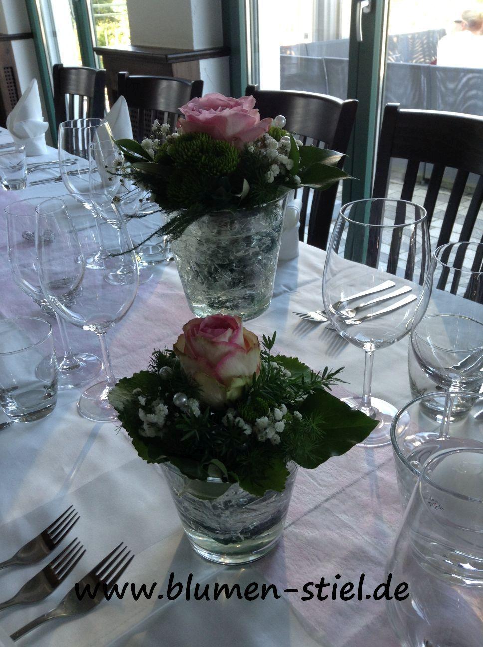 Tischdeko Mit Glasern In Verschiedenen Hohen Und Schwimmkerzen