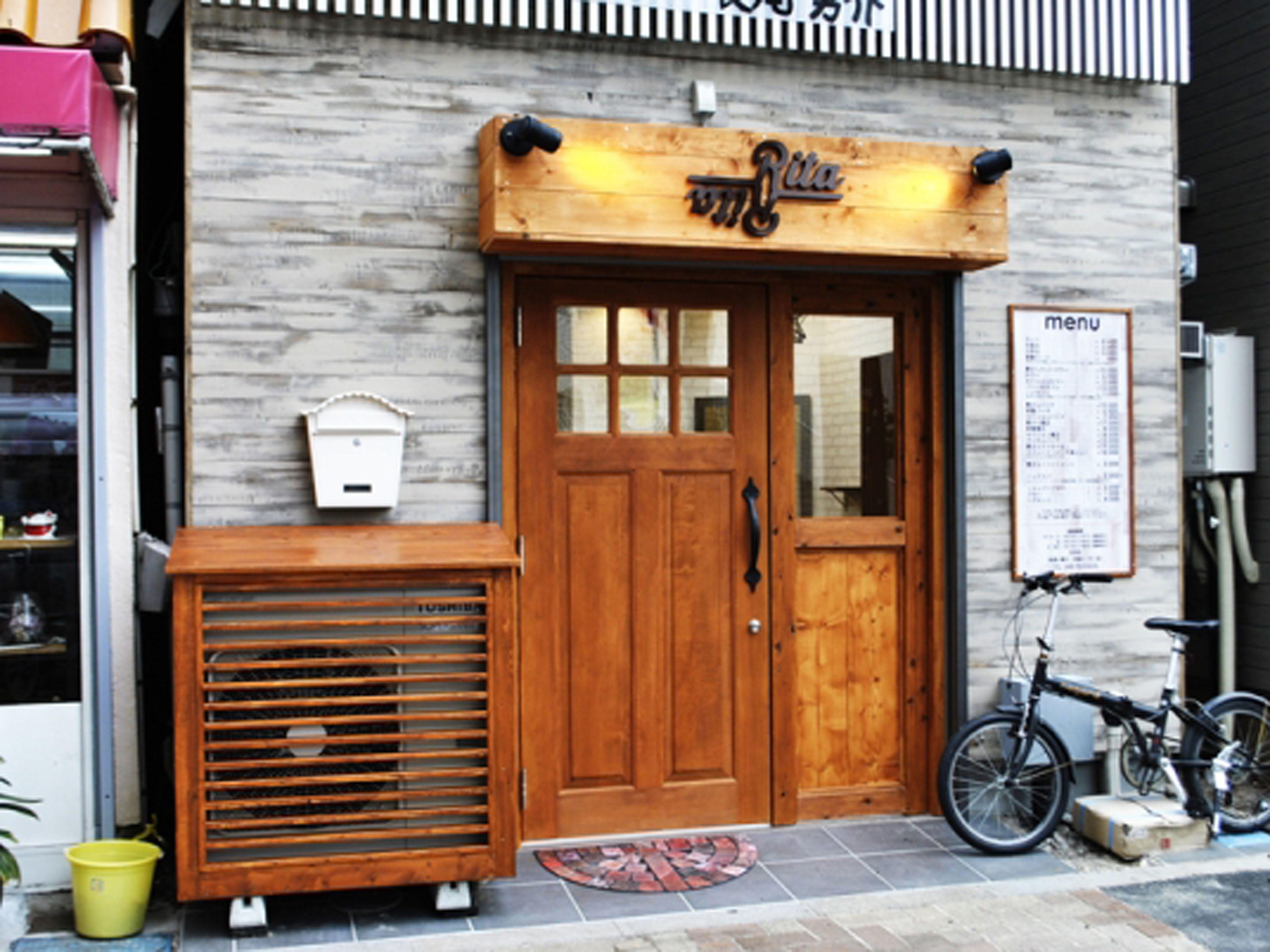 サロン名:美容室Rita様 立地:埼玉県さいたま市 坪数:10坪 工事費用:325万円  白を基調としたアンティークな空間を演出しました。 外壁はアンティーク加工された木材を使用し、質感を出しております。 省スペースを有効活用したデザインの中でお客様が求めている機能を全て取り入れました。  #サロンマーケット #埼玉県 #さいたま市 #美容室内装 #美容室 #美容院 #美容師 #サロンデザイン #店舗設計 #サロン店舗設計デザイン #内装 #設計事務所 #デザイン事務所 #ショップデザイン#shopdesign #インテリア #サロン#salon#interior #hairsalon #デザイン #design #東京 #豊島区 #池袋