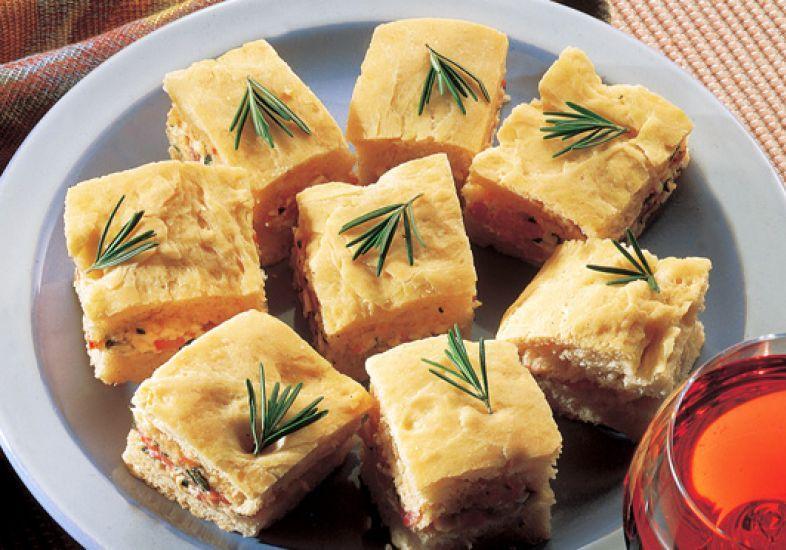 Focaccia com tomate, queijo e alecrim