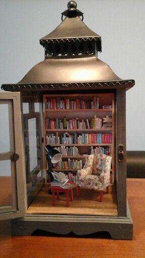 Boekenkast in windlicht.