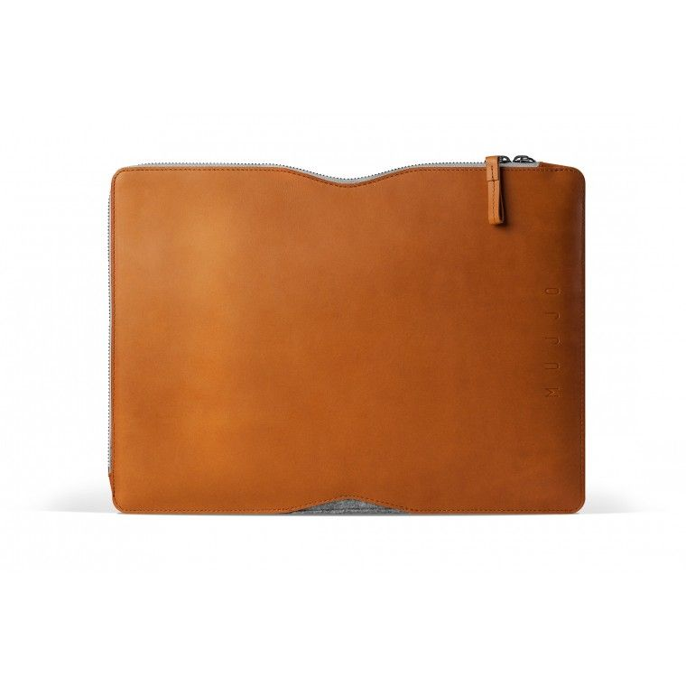 Folio Macbook-suojakotelossa laatu ja tyyli on huippuunsa viritelty. Ruskea parkittu nahka ja harmaa huopa on onnistunut yhdistelmä niin tyylinsä kuin toiminnallisuutensakin puolesta.
