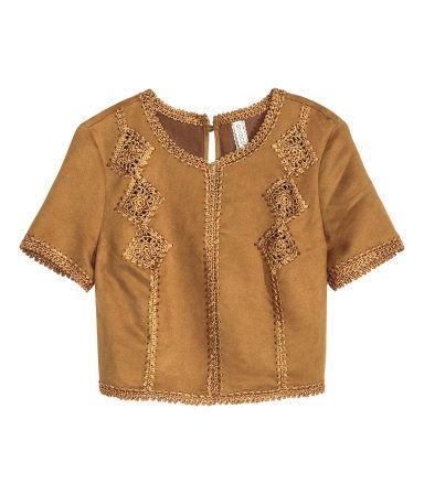 Camel. Kurzes Shirt aus Velourslederimitat mit glänzenden Stickereien. Modell…