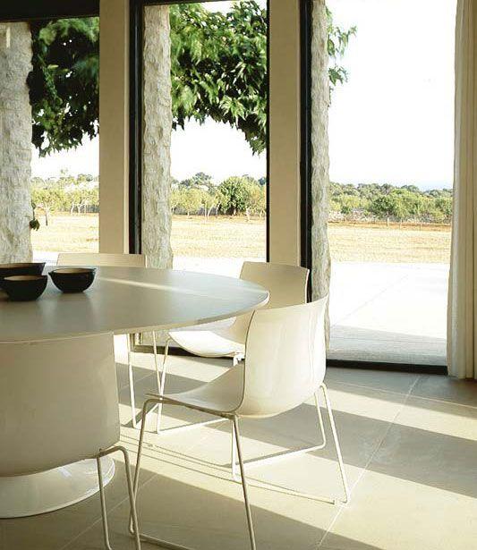 Tafel en stoelen uit de collectie van Arper, verkrijgbaar bij Top ...