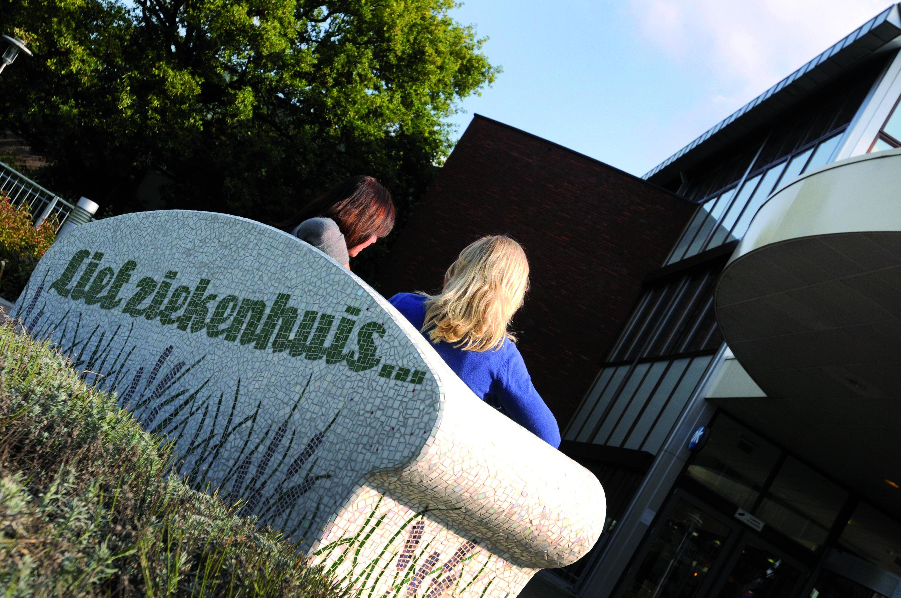 04-09-2013: Veel waardering voor 'liefste ziekenhuis van Nederland'. Hoe lief vinden patiënten het St. Elisabeth Ziekenhuis eigenlijk? Dat was de hamvraag tijdens een onlangs gehouden enquête onder vierhonderd patiënten. Uitkomst: ze zijn heel tevreden. Gemiddeld geven zij het St. Elisabeth namelijk een 8,1 als rapportcijfer.  Lees het volledige persbericht op http://www.elisabeth.nl/@115902/patienten-geven-st/