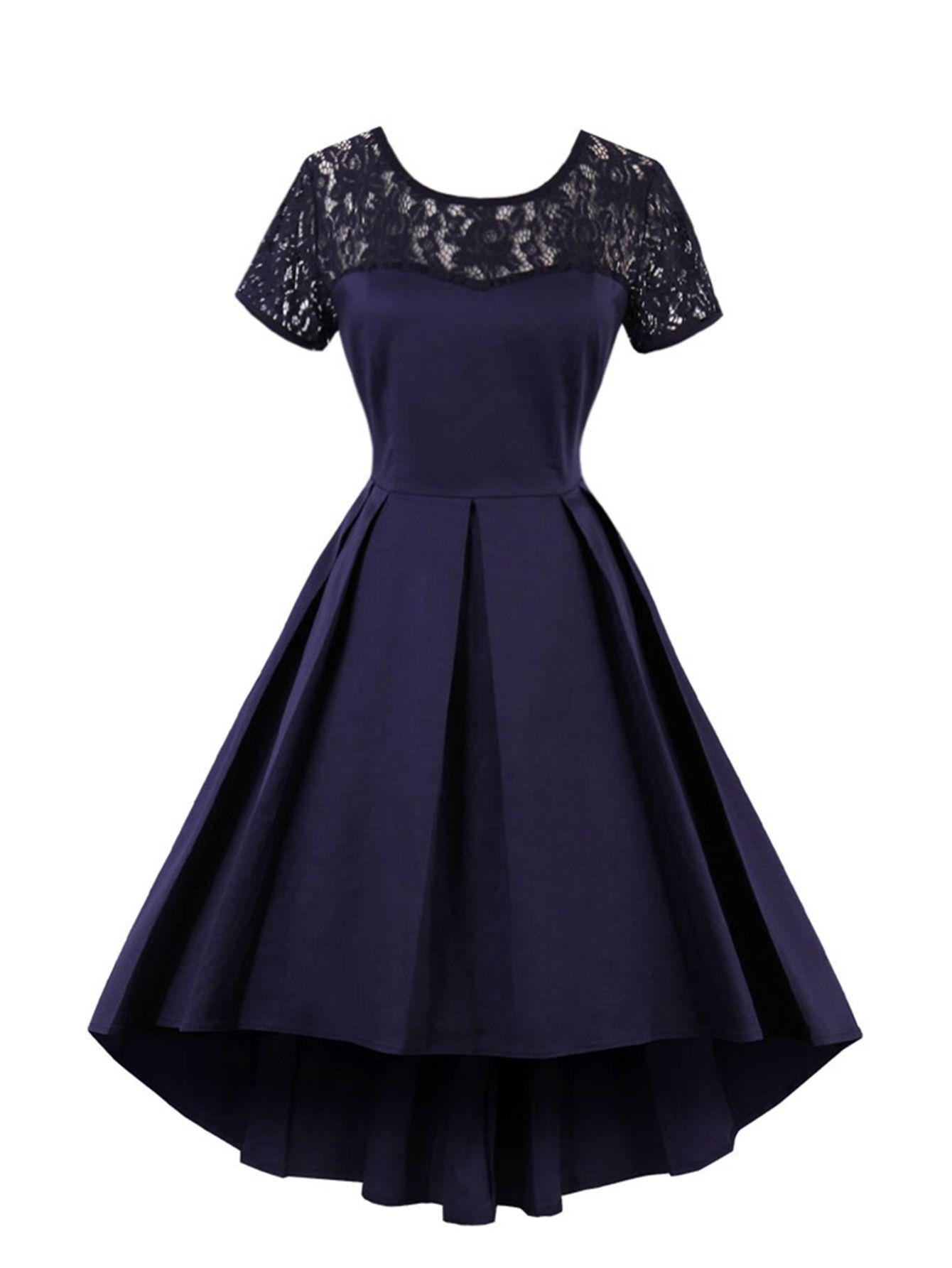 Kleid mit Spitzen, abfallendem Saum und Plissee