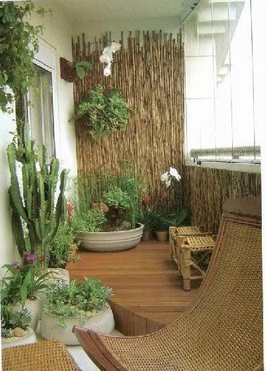Canisse et pierre pour une déco de balcon zen