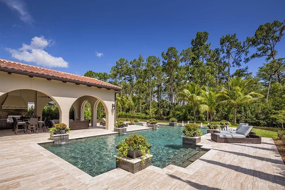 Swimming pool and outdoor kitchen of luxury home in Naples