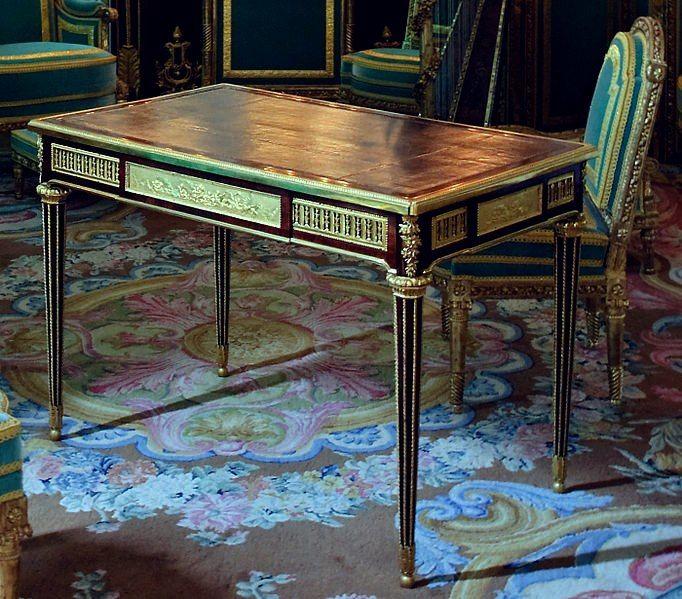 Cabinet Doré Le bureau de Marie Antoinette réalisé en 1783 par Riesener. C'est l'un des derniers meubles fabriqués pour la Reine Marie-Antoinette