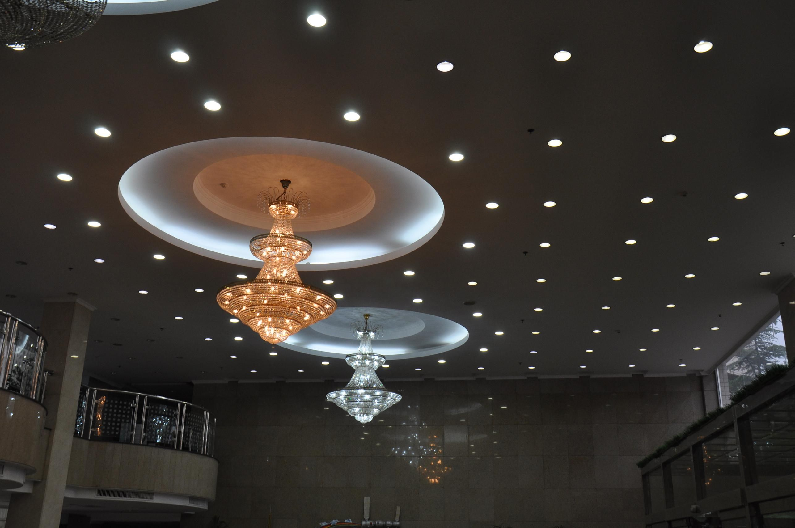 uno splendido soffitto con lampadari di cristallo