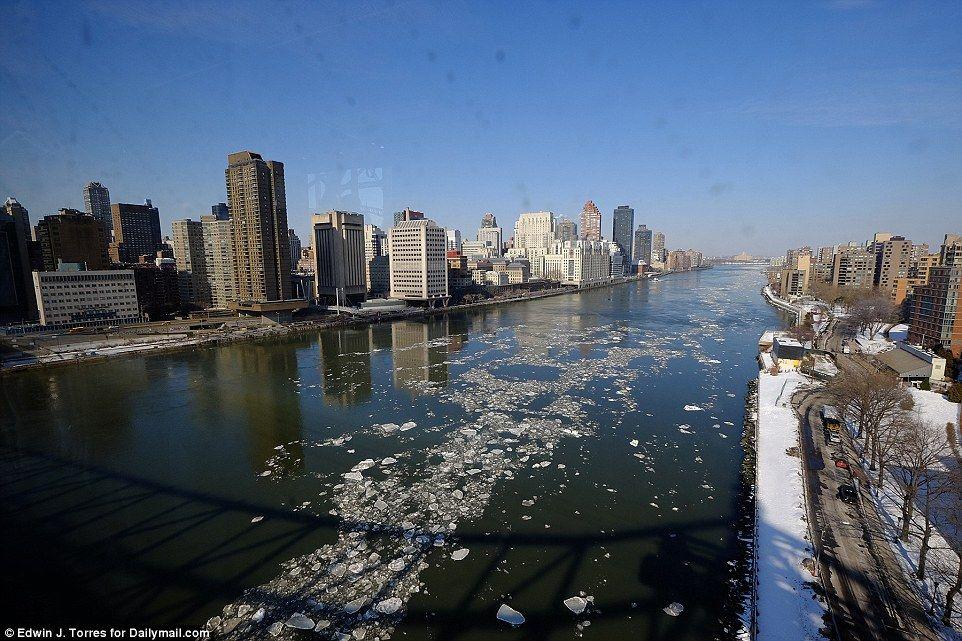 Het dragen van dunne: De winter draagt op in New York City, maar als het geduld haar bewoners 'met de schijnbaar eindeloze koude loopt dun, dus heeft het ijs in waterwegen van de stad.  Deze foto van smeltend ijs in de East River geeft hoop voor miljoenen