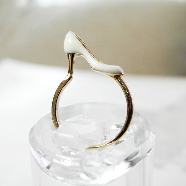 White shoe ring in gold 6.5 US size