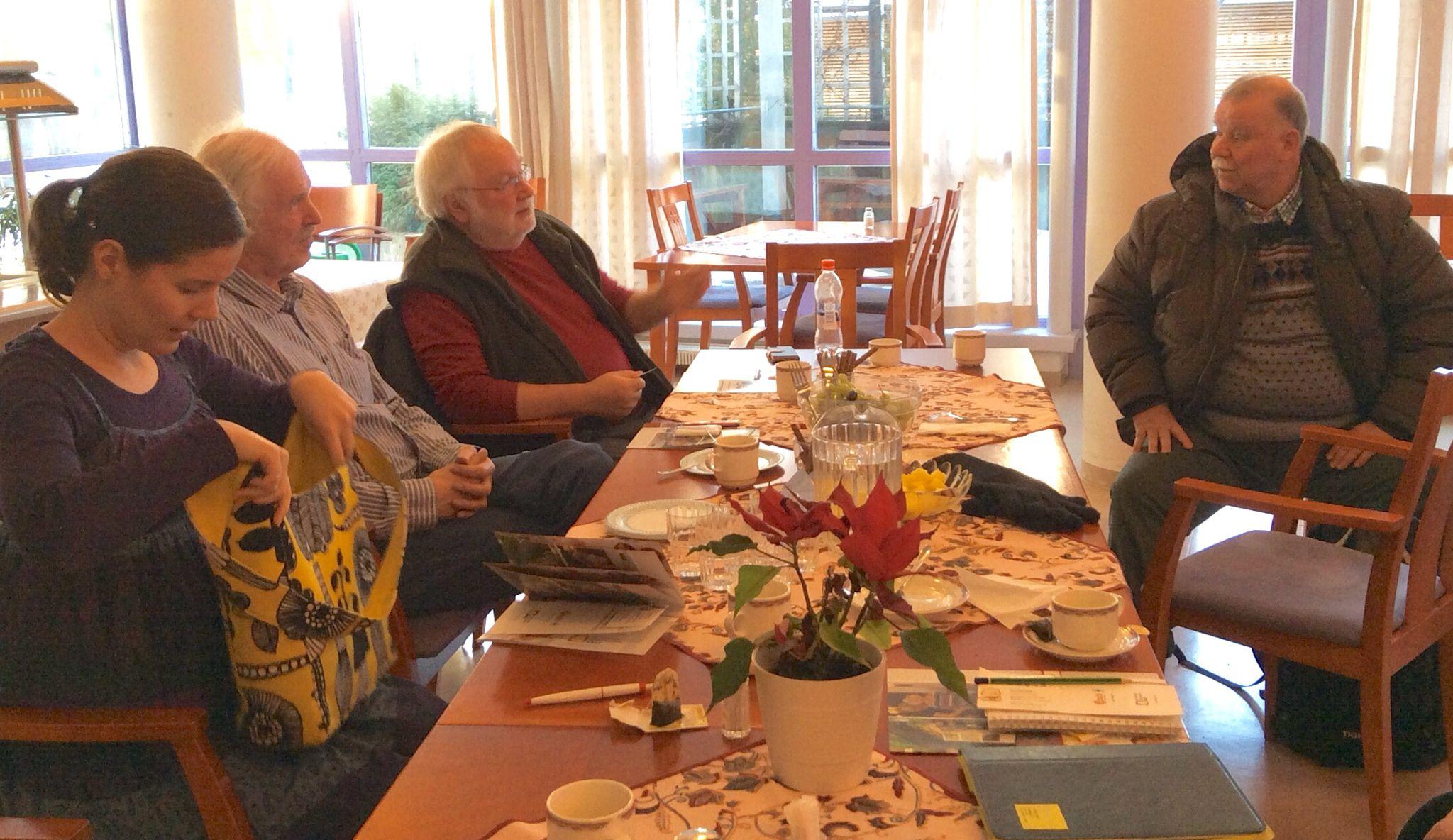 Kontulan palvelukeskuksen vapaaehtoiset atk-ohjaajat & sosiaaliohjaaja Elina kävivät tutustumassa SenioriVerkkoon ja iPadien mahdollisuuksiin 30.1.2015.