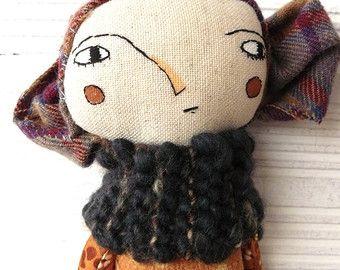 Muñeca con larguísimo pelo de alpaca y seda cosido a mano.