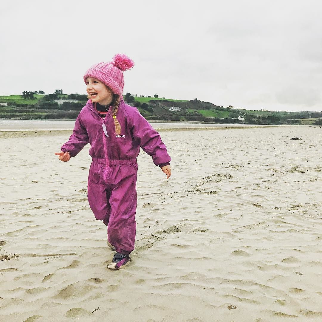 We stumbled upon this white sandy beach whilst on our trip along the Wild Atlantic Way in Ireland.  We had to stop and explore it was too beautiful not too we were even tempted to dip our toes in....luckily some locals rushed up to us and warned us about the copious amounts of Portuguese man o war lying around. Eek!  We love visiting beaches but are split Me and Millie much prefer to swim in a pool because reasons like the above (and Millies not a fan of waves) whereas mike and Austin would take the sea any day.  What do you prefer? You can find more about our trip over on the blog.  #ukparenttravelbloggers  #southwalesparentblogger  #havekidswilltraveluk #twoyearold #fouryearsold  #travelbloggers #familytravel #igerscardiff  #wearetravelmums #pottyadventures #explorerkids #femaletravelbloggers #kidbo #ourtribetravels #almostfearless #kiddiemundo #ireland #discoverireland #lpkids #familyadventure #holidayswithkids #wanderlustkids #familytravel #travelwithkids #travelwithkids #travelkids #adventurekids #adventuresinparenting #fearlessfamtrav #blarney