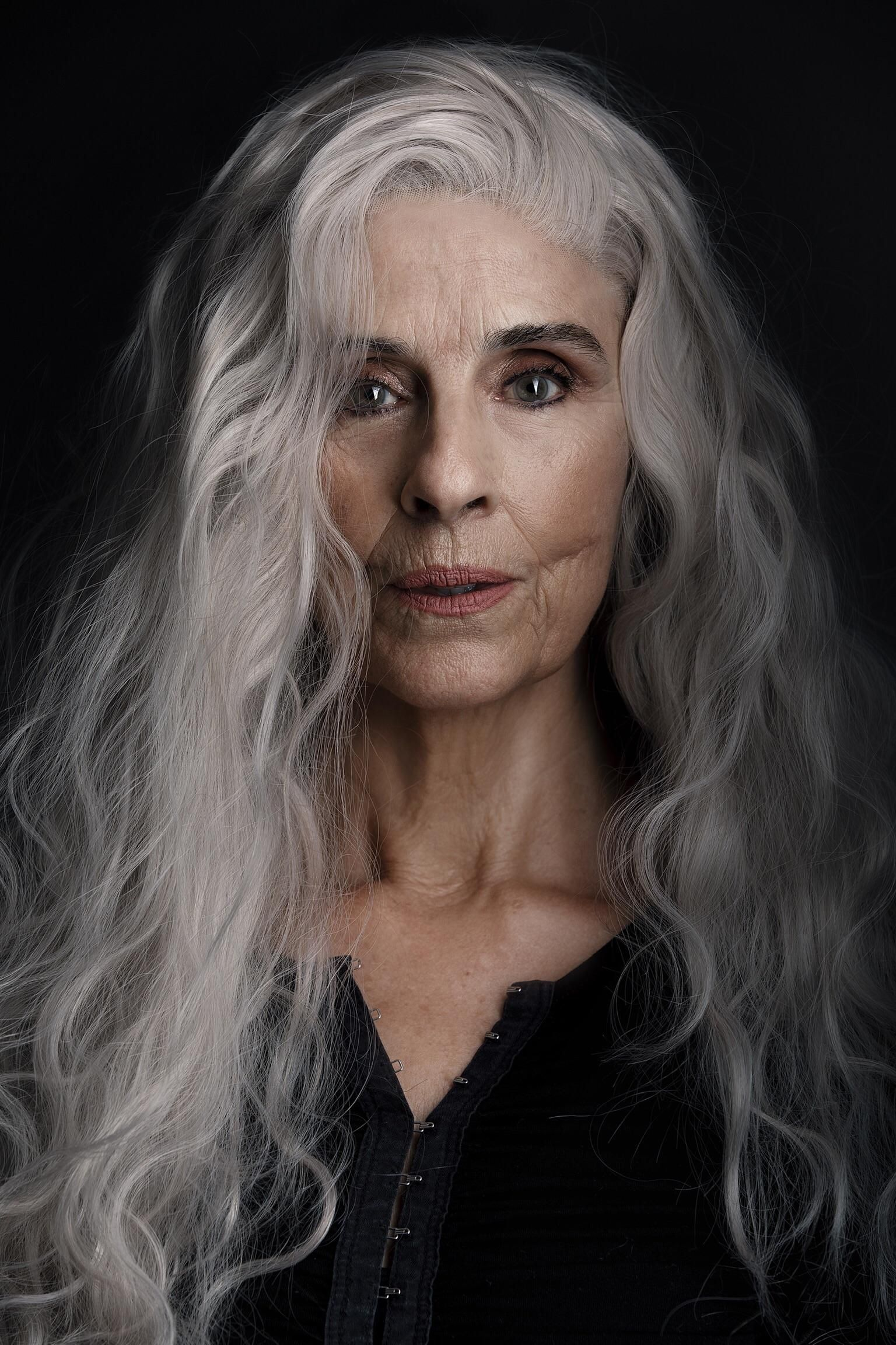 I Took A Photo Of An Older Lady She S An Aspiring Actress And I Think She S Pretty Beautiful Long Hair Styles Silver Haired Beauties Long Gray Hair