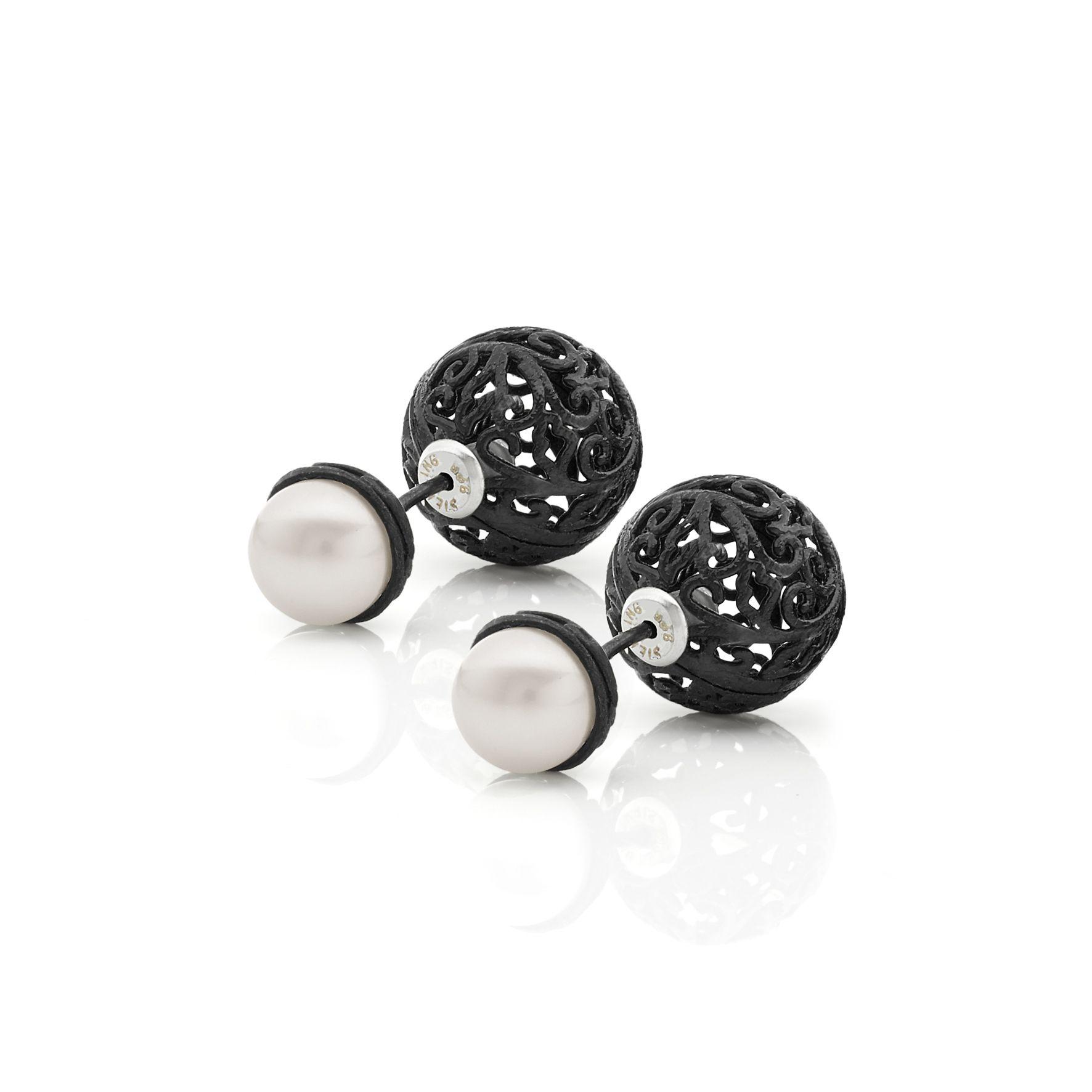 Orecchini in argento 925 con chiusura a sfera e perla d'acqua dolce.  Sterling silver earrings with sphere closure and freshwater pearl.  #Roma1947 #Italianpassion #jewels #fashion #elegance #blackandwhite