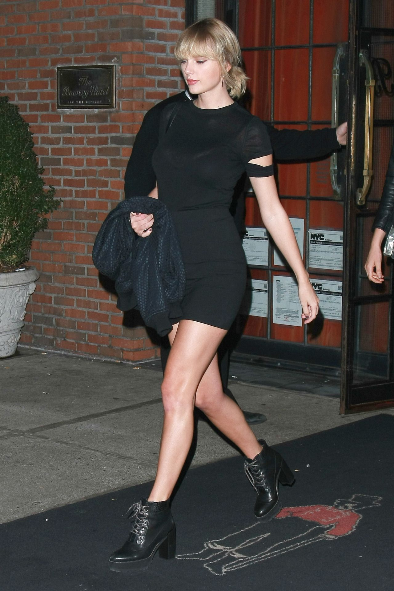 Taylor Swift Looking Good In Short Shorts, Shoots Video