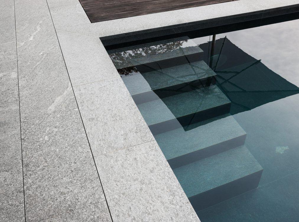 treppe im schwimmbecken aus naturstein naturstein schwimmb der pinterest schwimmbecken. Black Bedroom Furniture Sets. Home Design Ideas