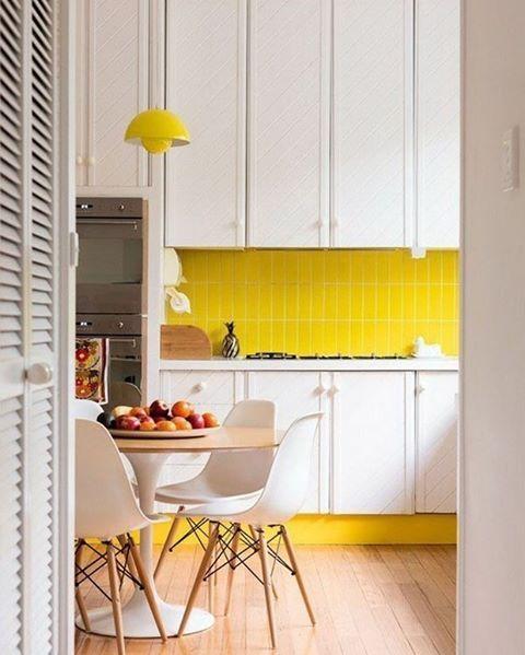 """2,964 curtidas, 20 comentários - Casa Vogue Brasil (@casavoguebrasil) no Instagram: """"#9azulejosdemetrô - Nesta cozinha não é apenas o amarelo vibrante que transforma o revestimento…"""""""