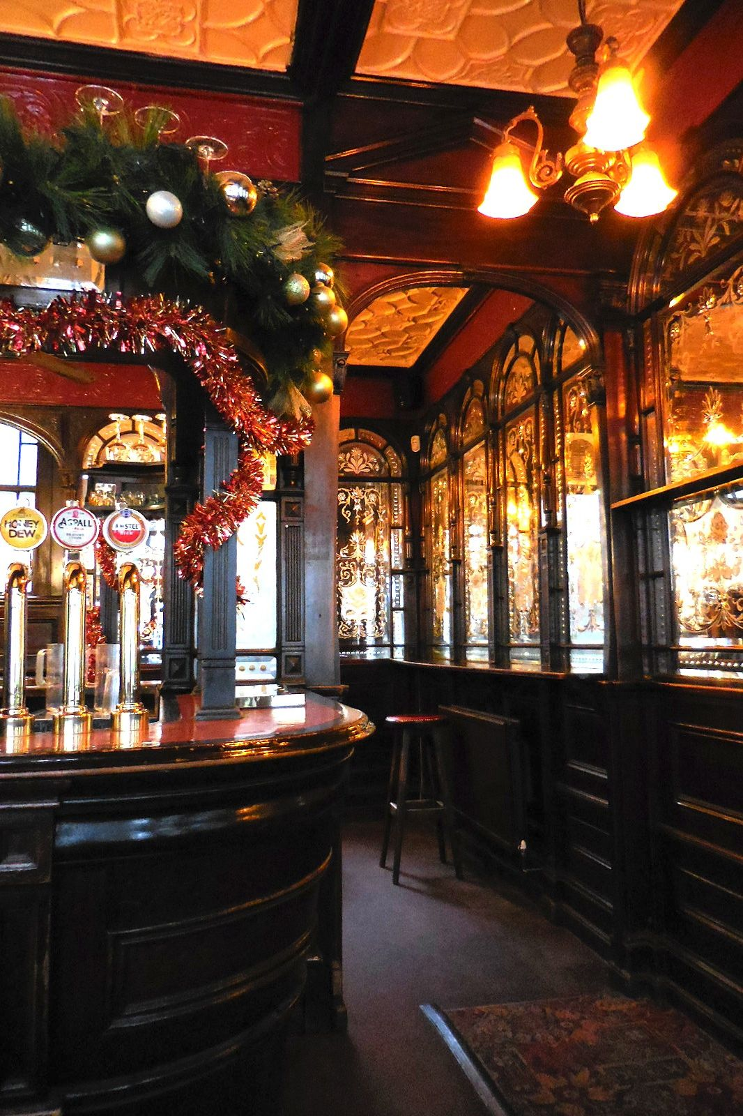 Red Lion Pub at Christmas, London, England | travel around