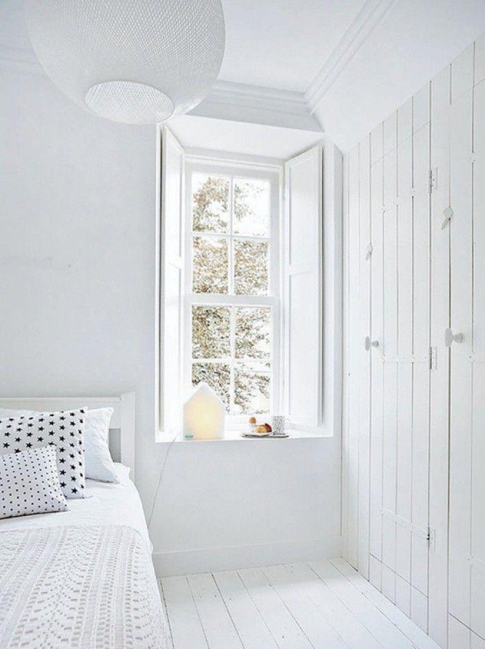 Witte slaapkamer raam met diepe vensterbank en mooie houten luiken en inbouwkasten luiken - Moderne witte kamer ...