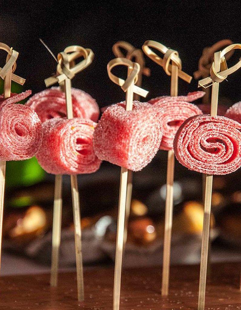 brochette de bonbons facile 10 brochettes de bonbons croquer elle table candy bar. Black Bedroom Furniture Sets. Home Design Ideas
