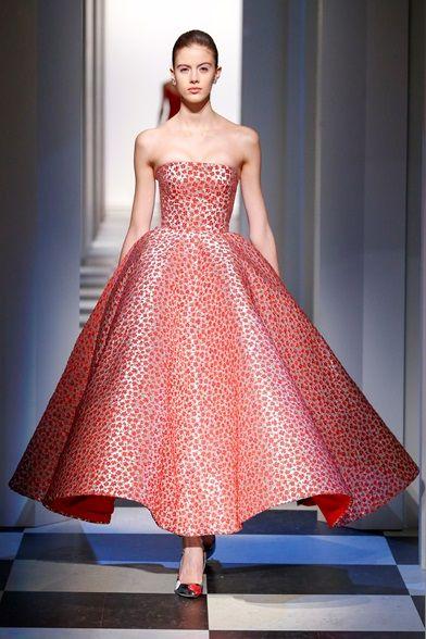 Guarda la sfilata di moda Oscar de la Renta a New York e scopri la collezione di abiti e accessori per la stagione Collezioni Autunno Inverno 2017-18.