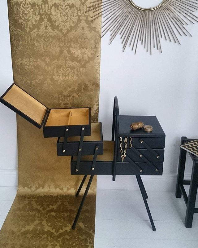 Travailleuse Vintage En Chene Massif Entierement Revue En Black And Gold Sewing Furniture Furniture Makeover Vintage Sewing Box