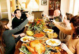 Eine Familie die Thanksgiving feiert, die Urheberrechte hab ich hier nicht beachtet ihr könnt dieses Bild also löschen... Es ist mir im Grunde egal