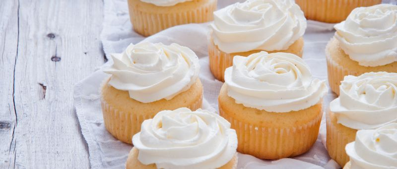 Cup cakes de vainilla glaseados Chff. Anna Olson -Prog. El gourmet http://elgourmet.com/receta/cup-cakes-de-vainilla-glaseados