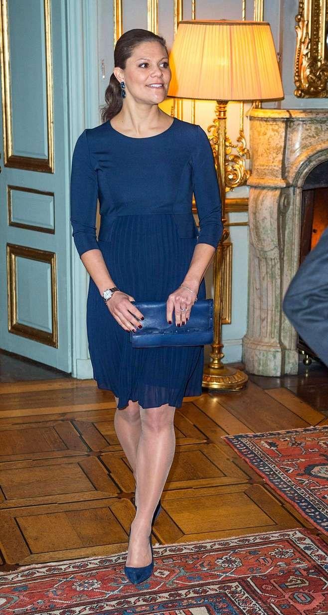 Victoria tyylikkäässä tummansinisessä cocktailmekossa tervehtimässä Nobelin rauhanpalkinnon saajia 15. joulukuuta 2015.