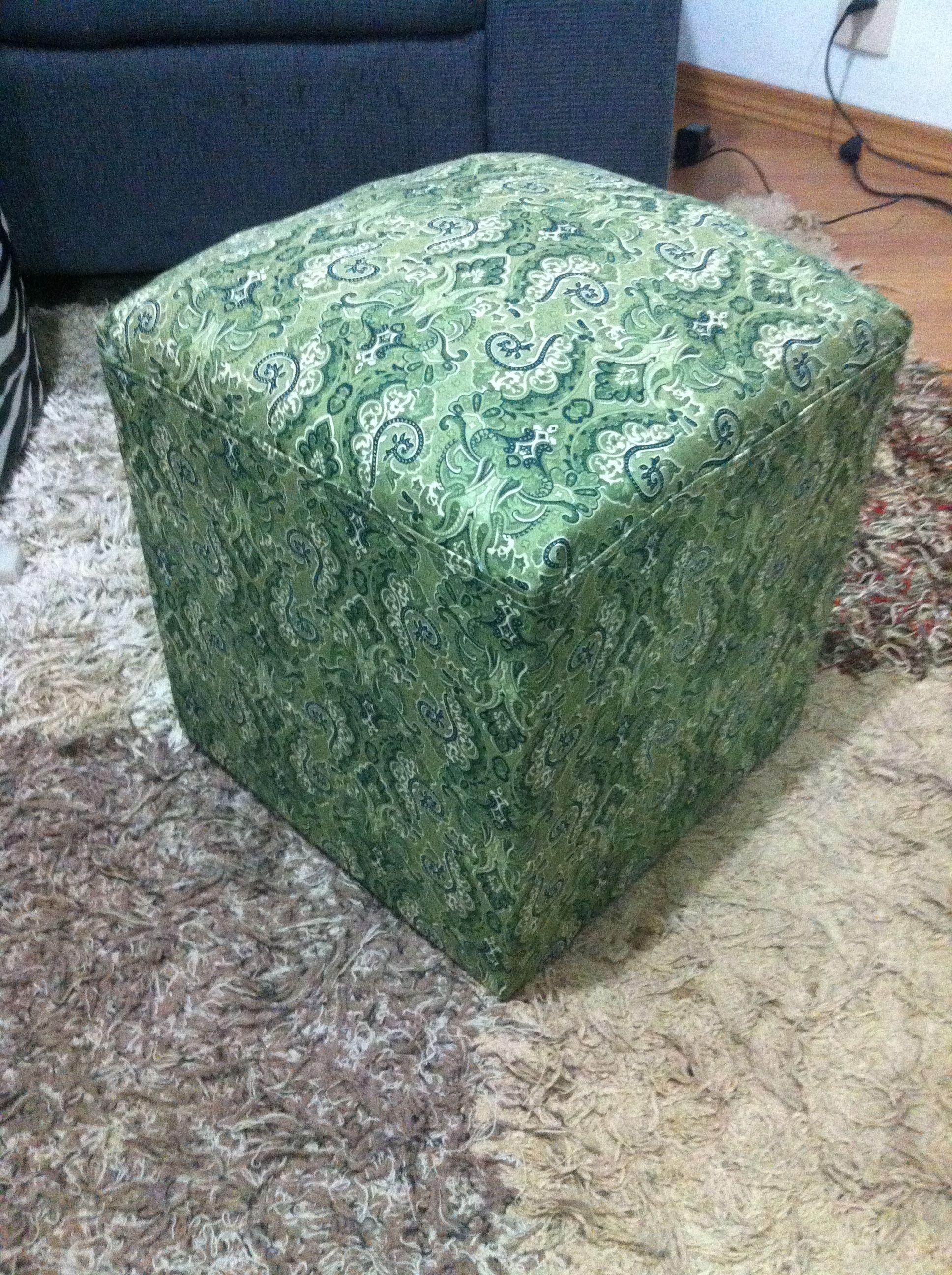 cubo de madeira reciclado + espuma + tecido = puff fofo