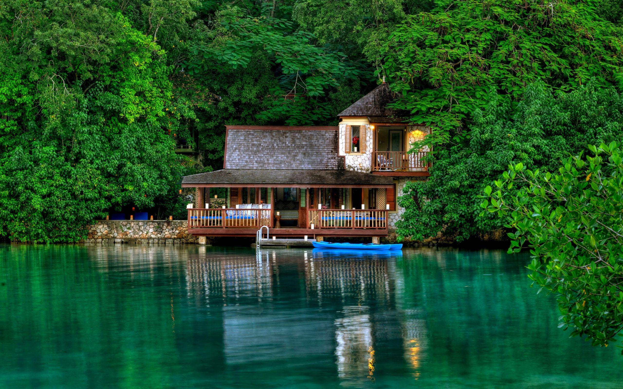 Jamaica Landschaft, grüne Bäume, der See, das Haus
