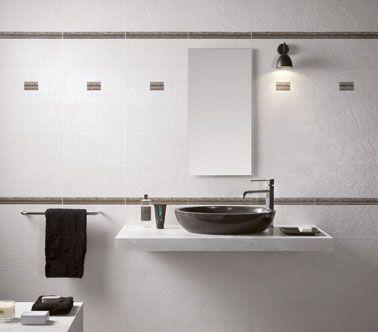 Carrelage mural salle de bain blanc et listel taupe for Faience salle de bain noir et blanc