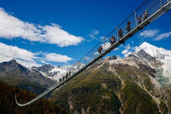 Le Pont Suspendu Charles Kuonen Europabruecke La Passerelle Pour Pieton La Plus Longue Du Monde 2tout2rien Pont Suspendu Balade En Famille Suisse Voyage