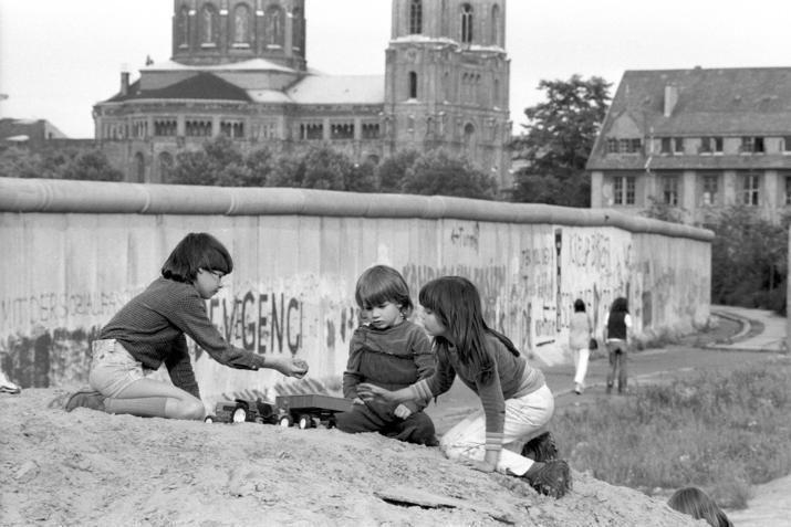 a2094 Kreuzberg, 1981, Spielplatz neben der Todeszone. Normalität für Jahrzehnte in Berlin.