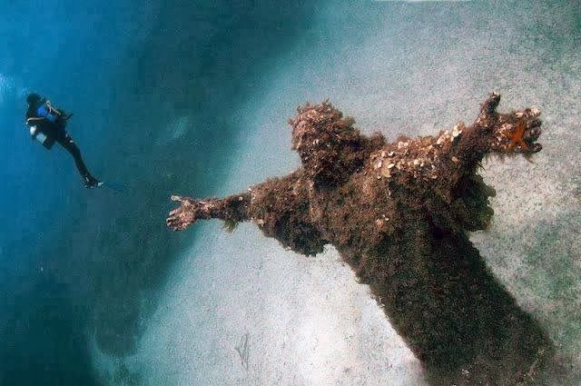 A famosa estátua subaquática de Jesus Cristo feita pelo escultor maltês Alfred Camilleri Cauchi foi colocada originalmente no fundo do mar Mediterrâneo, em Malta, próximo das Ilhas St. Paul (Ilhas de São Paulo). A escultura foi feita em homenagem à primeira visita do Papa João Paulo II à Malta, em 1990. Dez anos depois, a estátua de 13 toneladas foi retirada da água e mais uma vez baixada ao fundo do mar, mas desta vez em um loca Estátua de Jesus Cristo debaixo d'água em Malta | Nosso…