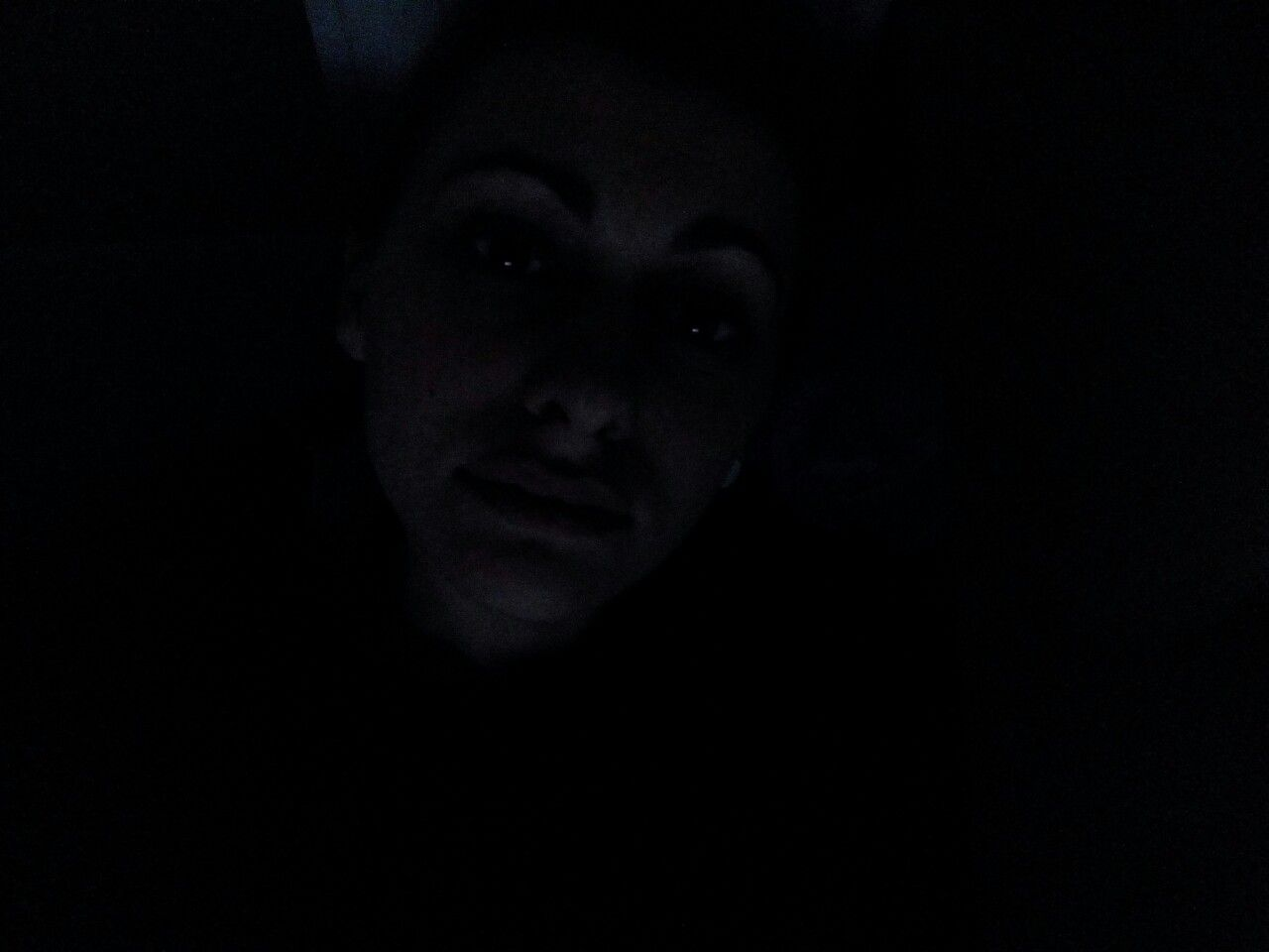 À l'abri de la lumière, je survis.