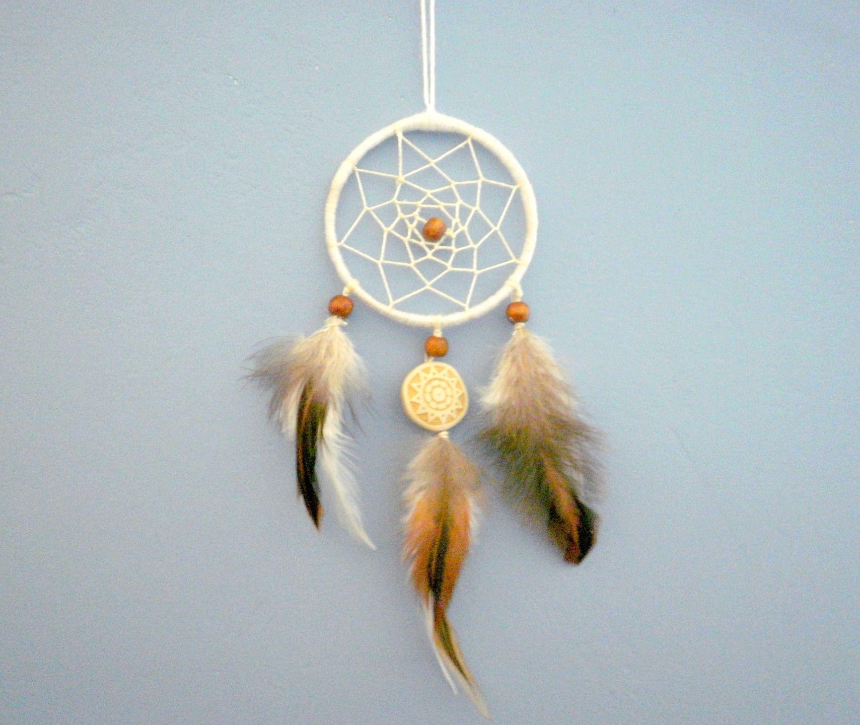 attrape r ves blanc et marron perles de bois et plumes d. Black Bedroom Furniture Sets. Home Design Ideas