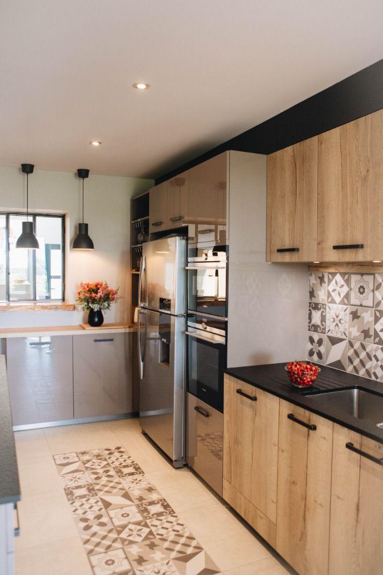 Une Cuisine Moderne Dans Un Esprit Maison De Campagne Decoration Cuisine Decoration Room Room Decor Ideas Patio Deco In 2020 Kitchen Furniture Kitchen Decor Kitchen