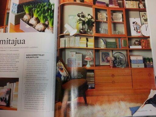 Kirjahyllyn vaaleanvihreät taustapahvit teipillä taustalevyyn - bookshelf new paint or board behind the books