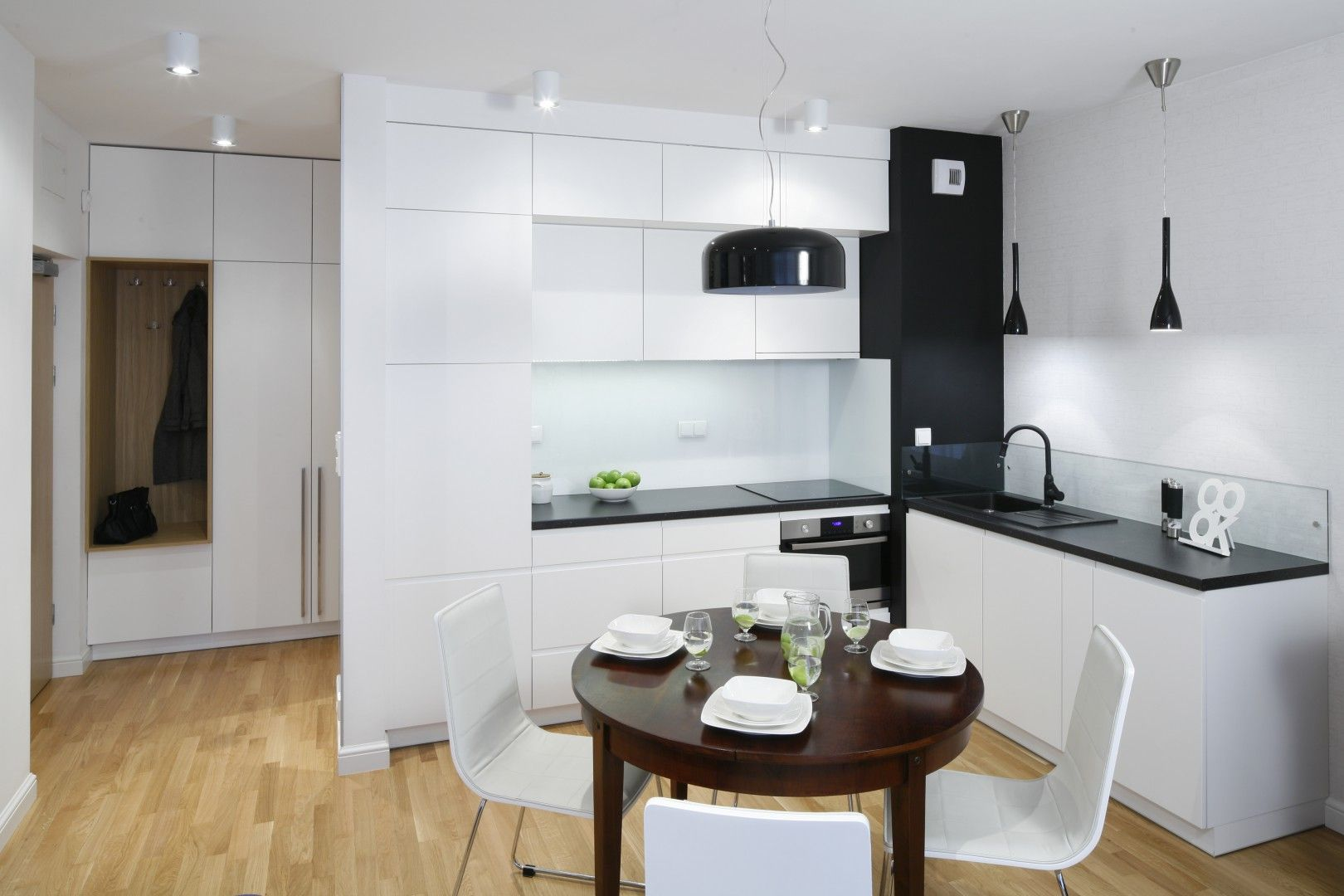 Kuchnie W Bloku Urzadzono W Bieli Jadalnie Usytuowano Na Granicy Z Salonem Organizuje Kitchen Interior Design Decor Interior Design Kitchen Kitchen Interior