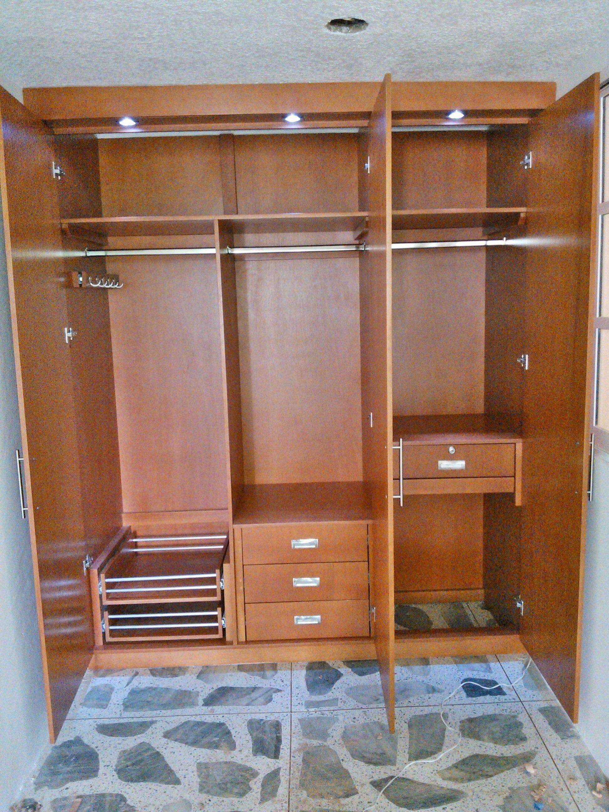 interior de closet fabricado en mdf chapado en madera de