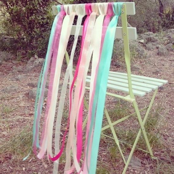 Décoration de chaises pour mariage ruban couleur fiesta