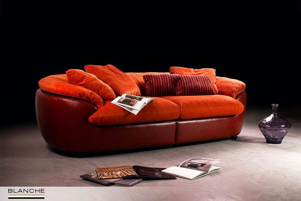 Яркие краски наступившей осени вдохновили нас на создание модели ORSI в очень теплых и уютных тонах красно-оранжевой гаммы. А такой выразительности и глубины цвета мы добились благодаря фактуре материалов, использованных в обивке. Ведь каркас дивана выполнен в натуральной итальянской коже наивысшего качества, а для сидений, подлокотников и подушек мы использовали текстиль, обладающий мягкой текстурой вельвета.