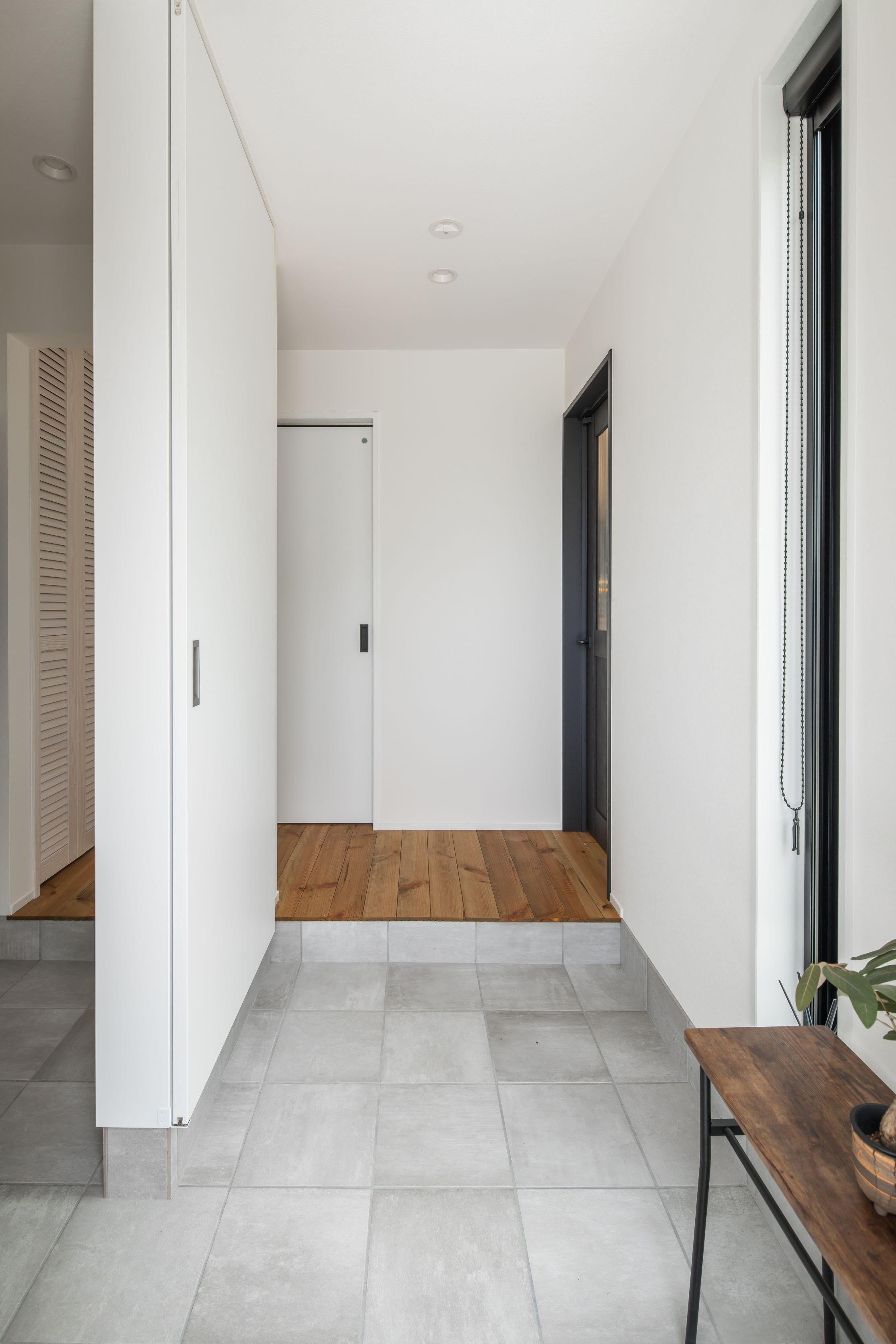 タイルと白のシンプルが居心地のいい玄関ホール ルポハウス 設計